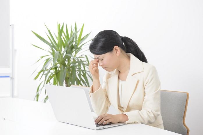 パソコン仕事で目が疲れている女性