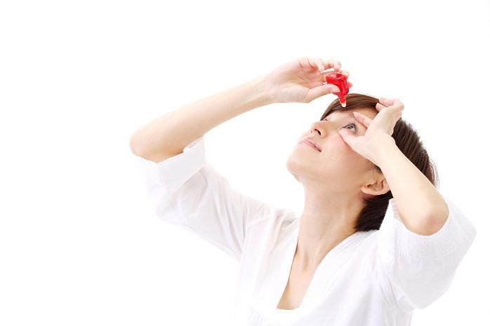 ドライアイ予防で目薬をする女性