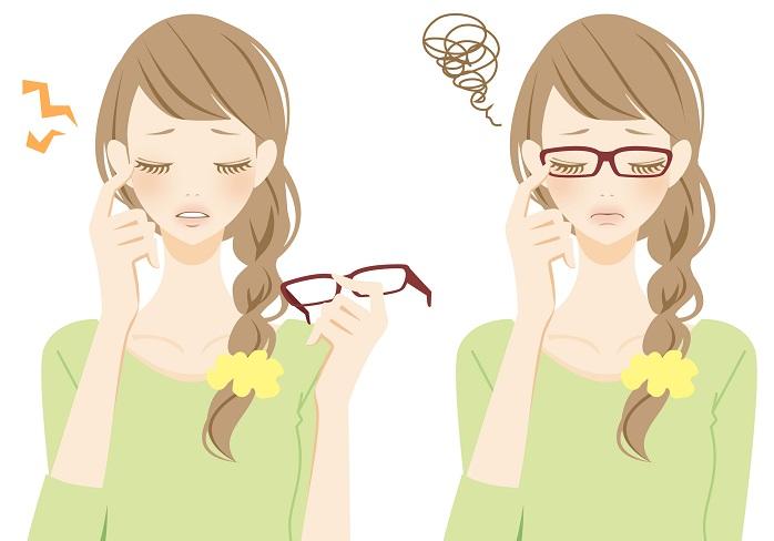 メガネの度が合っていなくて目が疲れている女性
