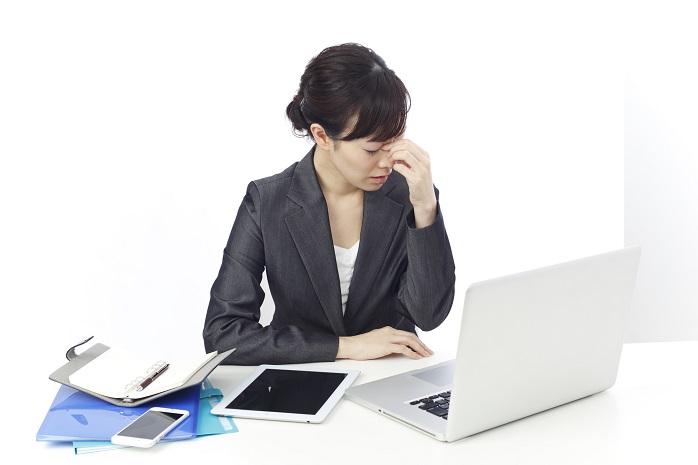 パソコン仕事で目が疲れているOL