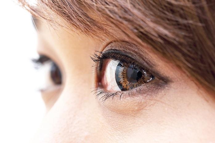目のストレッチをしている女性