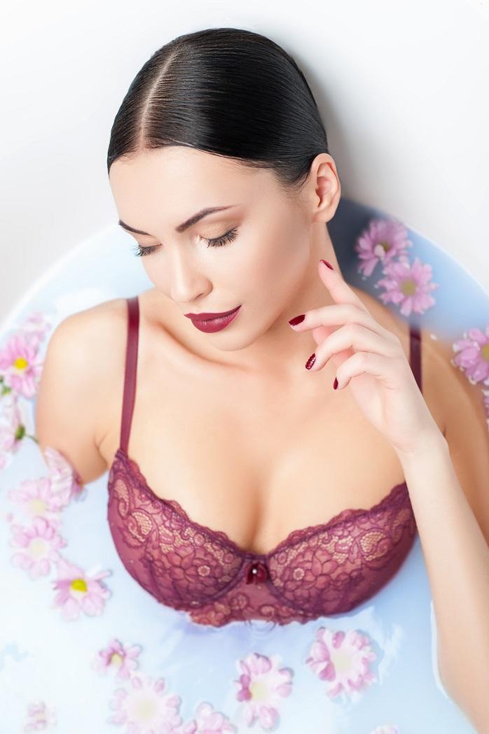 お風呂でリラックスするセクシーな女性